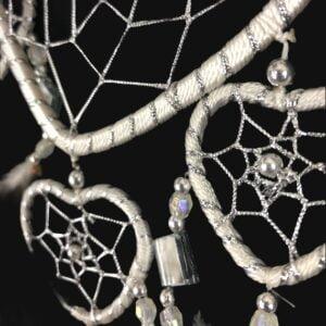 512 dromenvanger hart - 5 hartjes dreamcatcher - zilver met wit - 11 cm Silver Love detail